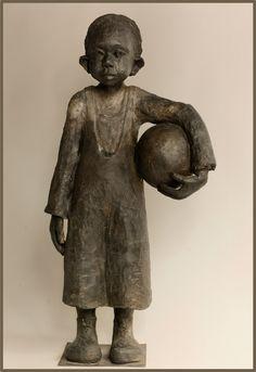 Galerie Joelle Gervais - le garçon au ballon Plus Modern Sculpture, Sculpture Clay, African American Figurines, Sculptures Céramiques, Angel Statues, Ceramic Figures, Art Carved, Clay Creations, Black Art