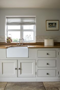English Oak and simple cabinety in this Classic Middleton Kitchen Barn Kitchen, Home Decor Kitchen, New Kitchen, Home Kitchens, Kitchen Ideas, Country Kitchen Tiles, Tuscan Kitchens, Country Kitchens, Kitchen Paint