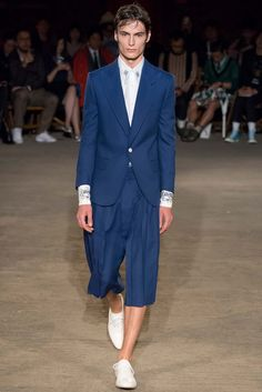 See all the Collection photos from Alexander McQueen Spring/Summer 2016 Menswear now on British Vogue Fashion Week 2016, Mens Fashion Week, Trendy Collection, Fashion Show Collection, Vogue Paris, White Dress Shoes, Fashion Models, Fashion Outfits, Men's Fashion