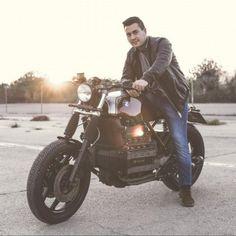Suzuki GS550 Cafe Racer Tintin - Mellow Motorcycles. Una Suzuki Cafe Racer de escándalo. Llantas de radios, escape bala y asiento con joroba. ENTRA