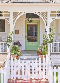 front porch ideas curb appeal Want to make your home the belle of the block? Look no further than your outdoor areas. With these front porch ideas, you can boost your home's Front Stoop, Front Yard Fence, Front Entry, Entry Doors, House With Porch, House Front, House Yard, Custom Wood Doors, Small Front Porches