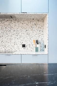 Terrazzo countertops and kitchen backsplash is a practical choice. Terrazzo inspiration for home interiors and redecoration ideas. Blue Kitchen Designs, Interior Design Kitchen, Küchen Design, Home Design, Design Trends, Design Ideas, Color Trends, Kitchen Backsplash, Kitchen Countertops
