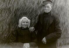 Man en vrouw in streekdracht uit Eem- en Gooiland. De vrouw draagt de 'vierkante muts'. 1918-1938 #Gooi #Eemland #NoordHolland #Utrecht #vierkant