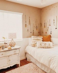42 DIY Cozy Small Bedroom Decorating Ideas on budget – Dorm Room İdeas 2020 Cozy Small Bedrooms, Guest Bedrooms, Room Ideas Bedroom, Bedroom Decor, Bedroom Inspo, Bed Room, Room Decor For Teen Girls, Aesthetic Room Decor, Bedroom Black