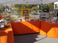 Learn how to set up bath and beauty displays at events like markets, fairs and shows. Tips include how to transport items and what to bring to the market. Vendor Displays, Craft Fair Displays, Market Displays, Display Ideas, Soap Booth, Vendor Table, Essential Oil Brands, Quilt Display, Soap Display