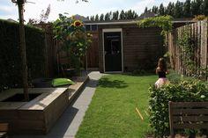 Artikel met goede tips voor kleine tuinen. Ook idee om gras te nemen?