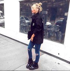 O coturno preto com calça jeans skinny e jaqueta corta-vento já se tornou um clássico.