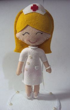 Linda bonequinha produzida em feltro, personalizada de acordo com o pedido de cada cliente, com detalhes em pérolas e laços. Não fica em pé sozinha, porém se necessitar suporte será acrescido R$ 3,00 (favor informar previamente).