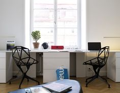 Simple 2 desk layout side by side, black office chair, white modular desk Workspace Design, Office Workspace, Office Interior Design, Home Office Decor, Office Spaces, Office Ideas, Double Desk, Big Desk, Feminine Home Offices