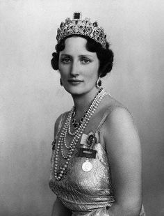 Tiara de esmeraldas de Noruega. Cuando Martha, una de las hijas de los Príncipes Carlos e Ingeborg de Suecia, casada con el futuro Rey Olav de Noruega, tuvo su primer  hijo varón.recibió de sus padres todo un set de esmeraldas.