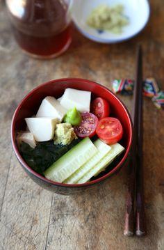 Japanese seaweed salad (wakame salada) - soft tofu, seaweed, cucumber and tomatoes in a sunomono (vinegar) based sauce. Best Tofu Recipes, Easy Asian Recipes, Healthy Salad Recipes, Vegetarian Recipes, Chinese Recipes, Chinese Food, Wakame Salad, Gluten Free Japanese Food, Recipes