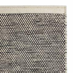 <p>Unser Teppich Kolong wird von unseren Partnern in Indien unter zertifizierten Arbeitsbedingungen und mit viel Liebe zum Detail in Handarbeit verwoben. Die Kettfäden bestehen aus bester Baumwolle, während für die Schussfäden 100% robuste Schurwolle verwendet wird. Ein schöner Mix, der auch das Design maßgeblich prägt.</p> <p>Kombiniert mit einer rutschfesten Unterlage bleibt der Teppich an Ort und<br />Stelle.</p>