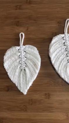 Rope Crafts, Feather Crafts, Diy Home Crafts, Yarn Crafts, Macrame Projects, Diy Projects, Macrame Wall Hanging Diy, Macrame Design, Macrame Patterns