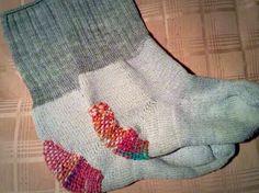 穴が開いてしまった靴下、もう捨てるしかたないかなと処分される方も多いと思います。 しかし、この穴あき靴下を自己流の方法で直してきたという方がいらっしゃいました。その靴下たちが可愛すぎると話題に!