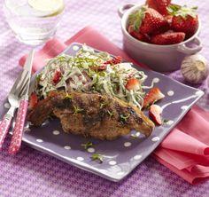 LCHF opskrift | Lammekoteletter med jordbær-spidskålssalat