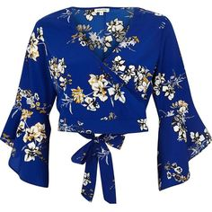 River Island Blue floral print wrap crop top (175 BRL) ❤ liked on Polyvore featuring tops, crop tops, shirts, blouses, blusas, blue, crop tops / bralets, women, blue floral top and v neck shirt