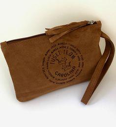 ee4b9c852 Bolso HANDY CLUTCH en piel grabado personalizado. Especial regalos  compartidos. #bolso #complementos