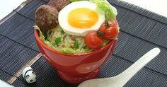 ボリュームのあるハワイの丼、ロコモコをイメージしたチャーハンです。 How To Boil Rice, Eggs, Breakfast, Recipes, Food, Morning Coffee, Essen, Egg, Eten