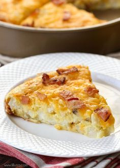 Easy and delicious Cheesy breakfast pie filled with bacon, eggs and hashbrowns. Recipe on { lilluna.com }