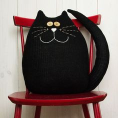 Cats Toys Ideas - black cat pillow - Ideal toys for small cats Sewing Toys, Sewing Crafts, Sewing Projects, Cat Crafts, Kids Crafts, Chat Crochet, Ideal Toys, Cat Quilt, Cat Pillow