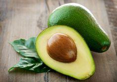 Avocados – nutzen Sie die Frucht für die Ernährung und die Schönheitspflege  Die aromatische Frucht enthält kaum Zucker, verfügt aber über einen hohen Nährstoffgehalt. Sie liefert doppelt so viel Energie wie eine Banane und beugt mit ihrem hohen Vitamin-E-Gehalt Arteriosklerose vor und schützt das Herz. Hier finden Sie Tipps, wie Sie sich mit Avocados Gutes tun können.