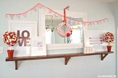 のPrintables&DIYのプロジェクトとのバレンタインマントル棚板:花輪、バルーントピアリー、ファブリックホオジロ