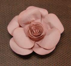 Gosta de artesanato com papel? Então não perca essa sugestão simples e legal para fazer uma flor de