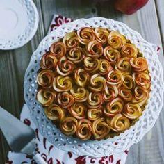 Quando ammiri la crostata di roselline di mele non puoi non pensare ad un meraviglioso e dolcissimo bouquet: non crederai ai tuoi occhi!