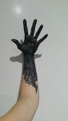Feyre's tattoo. Instagram: @artsinnia.