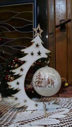 Placa de Porta Caixa para panetone Noel para batente de porta Janelinha natalina - Her Crochet Christmas Wood Crafts, Christmas Design, Christmas Art, Christmas Projects, Winter Christmas, Holiday Crafts, Christmas Bulbs, Holiday Decor, Natal Diy