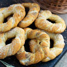 Covrigi de casă opăriți, presărați cu mac sau susan | Bucate Aromate Bun Bun, Bagel, Sausage, Mac, Pizza, Bread, Food, Homemade, Meal