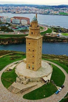 Torre de Hércules, Coruña ,Galicia Famous Lighthouses, Lighthouse Photos, Building Images, Beacon Of Light, Beautiful Sites, World View, City Landscape, Spain And Portugal, Cool Photos