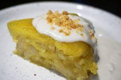 Tapioka-Bananen Pudding. Dieser Pudding oder Kuchen ist schnell gemacht und schmeckt wunderbar bananig und süß. Dafür werden Bananenscheiben gezuckert und mit einer Mischung aus Tapiokamehl und Wasser zu einem Teig angerührt und gar gedämpft. Das gibt ein schönes Bananenaroma und der Tapiokateig wird etwas durchsichtig und zäh-elastisch, wie man es in Vietnam gerne mag. Für den besonderen Geschmack kommt zusätzlich noch ein Esslöffel voll cremiger Kokossoße darüber.