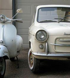 """""""La bella Italië"""" Ik hou van Italiaanse design.Fiat, Vespa, Ferrari en Alfa Romeo, stuk voor stuk prachtige boegbeelden van Italiaans design op de weg. Of je nu een dikke of een wat minder dikke portemonnee hebt, uiteindelijk vindt iedereen toch wel wat wils binnen de Italiaanse autowereld. Mijn voorkeur gaat alvast naar Vespa en de Fiat 500 in een opvallend retro kleurtje."""
