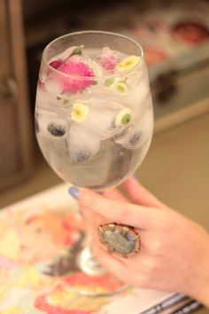 ice cubes with wildflowers and berries. can't wait to try this!