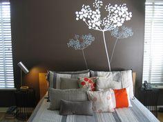 slaapkamer, muur Bruine verf met mooie muursticker.
