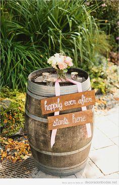 Decoración de boda estilo rústico en jardín con barril de vino