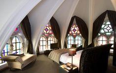 """""""Martin's Patershof"""" im belgischen Mechelen: Gäste betten sich unter Spitzbögen, duschen hinter Kirchenfenstern aus buntem Mosaikglas und speisen im ehemaligen Chor der Klosterkirche."""