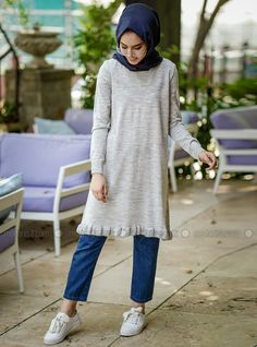 The perfect addition to any Muslimah outfit, shop İnşirah's stylish Muslim fashion Gray - Crew neck - Tunic. Find more Jumper at Modanisa! Casual Hijab Outfit, Hijab Chic, Casual Outfits, Cute Outfits, 60 Fashion, Womens Fashion Online, Latest Fashion For Women, Outfit Essentials, Modesty Fashion