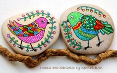 This week birds are flying in my studio Looks like these two are in love #paintedstones #isassidelladriatico