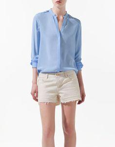 Blusa azul con trabilla en el hombro