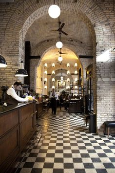 ingresso caffetteria - bare brick, wood and black and white tiles