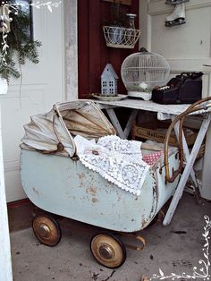 i would love to own this old dolls pram . Vintage Stroller, Vintage Pram, Shabby Vintage, Vintage Love, Vintage Dolls, Vintage Antiques, Landau Vintage, Vintage Accessoires, Dolls Prams