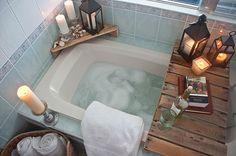 DIY Bathtub Surround Storage Ideas # home baskets - break Home Staging, Palette Deco, Diy Bathtub, Bathtub Table, Bathtub Decor, Bathtub Storage, Bathroom Candles, Wood Bathtub, Bath Tub Decor Ideas