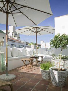weiß Blumen Töpfe Terrakotta Fliesen Sonnenschirm Holztisch