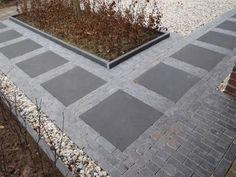 en kombination fra 20 x 5 klinker sammen med 60 x 60 cm fliser Pergola Garden, Backyard, London Garden, Outside Patio, Modern Landscaping, Facade House, House Front, Home Decor Bedroom, Garden Paths