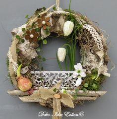 ♥ ... haltbarer Türkranz... ♥  ♥ ... gefertigt aus viel haltbarem Naturmaterial... ♥  ♥ ... kleiner Gartenzaun hinter dem es blüht  ... ♥ ♥ ... Schachbrettblumen, ein Schneeglöckchen, Zwiebel,...