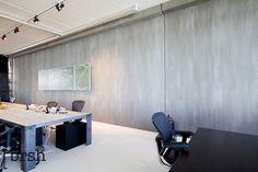 Kalkverf Amsterdam | brsh heeft het nieuwe kantoor van Brandbase voorzien van de 'Wall of Fame' in kalkverf van Pure and Original. Een wand van 30 meter lang in de kleur Elephant Skin. www.brsh.nl