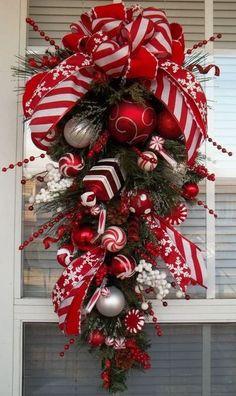 Ghirlanda rossa e bianca - Caramelle e palline decorano la ghirlanda in stile nordico.