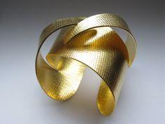 Pulsera Arkos, inspirada en la arquitectura de Saha Hadid http://www.zaha-hadid.com